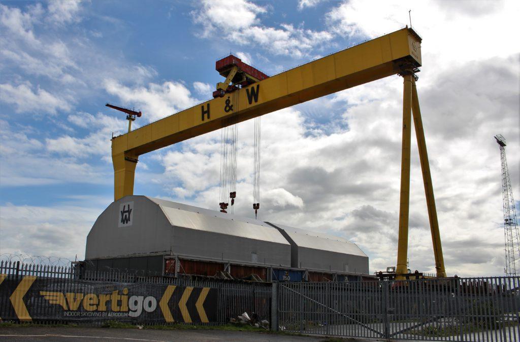 Ein großer Kran mit den Buchstaben H & W erinnnert an die einstmals weltbekannte Werft Harland & Wolff.