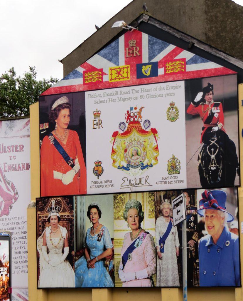 Mural / Wandbild in der Belfaster Shankill Road: Mehrere Bilder von Königin Elizabeth II.