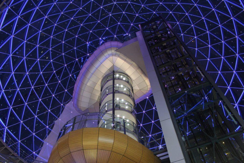 Die Beleuchtung im Shopping Center Victoria Square symbolisiert den Sternenhimmel.