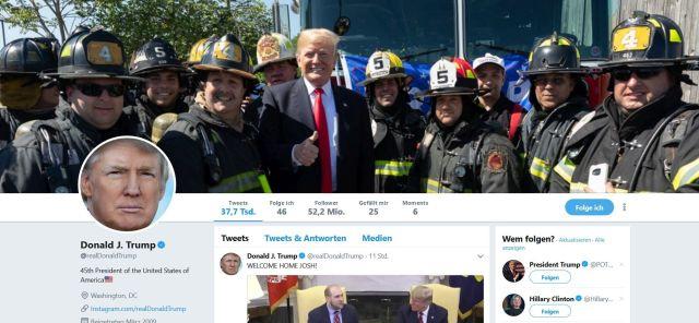 Donald Trump wie gewohnt mit dem Daumen nach oben im Kreise von Feuerwehrleuten.