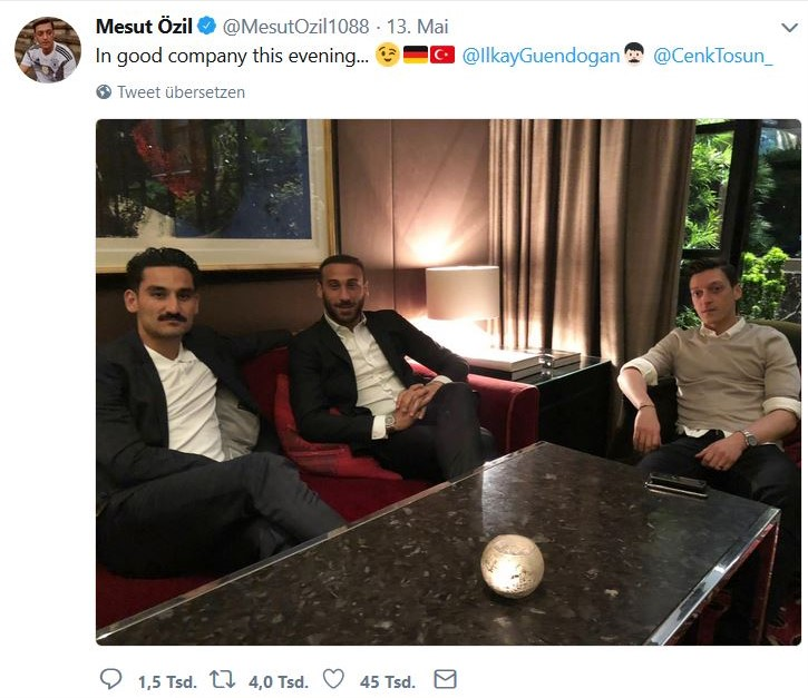 In Sesseln sitzend Özil, Gündogan und Tosun