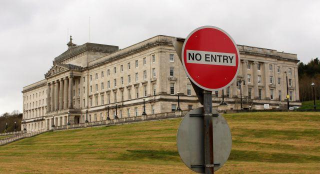 """Ein""""No Entry""""-Schild bei der Zufahrt zum nordirischen Parlament im Stormont hat Symbolcharakter. Im Hintergrund das Gebäude."""