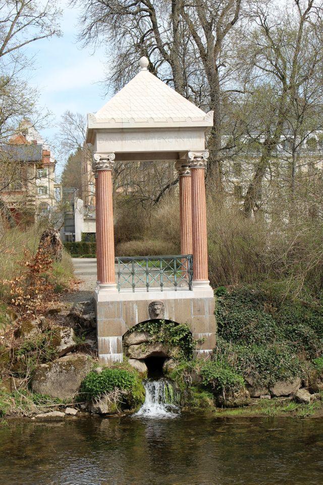 Kleiner antik-griechisch anmutender 'Tempel', aus dem sich das Quellwasser der Donau in die Brigach ergießt.