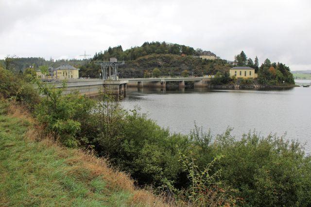 Die Staumauer der Talsperre an der Saale vom Speichersee her gesehen.