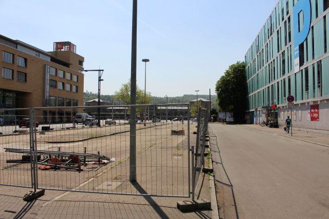Der ehemalige Busbahnhof in Esslingen: Eine riesige Asphaltfläche umgeben von einem Bauzaun.