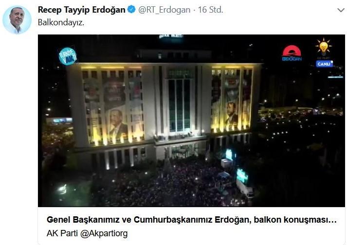 Erdogan spricht nach der gewonnenen Wahl vom Balkon des AKP-Gebäudes zu seinen Anhängern.