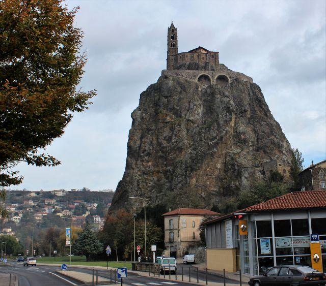 Die Michaels-Kapelle erhebt sich auf einem spitzen Vulkanschlot direkt in der Stadt Le Puy-en-Velay.
