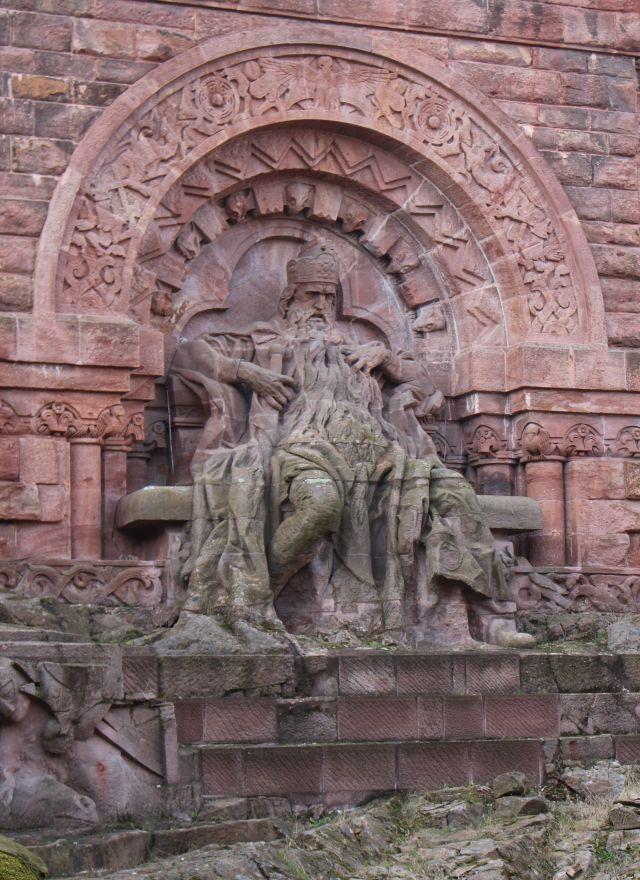 Kaiser Barbarossa mit langem Bart auf seinem Thron im unteren Bereich des Kyffhäuser-Denkmals.