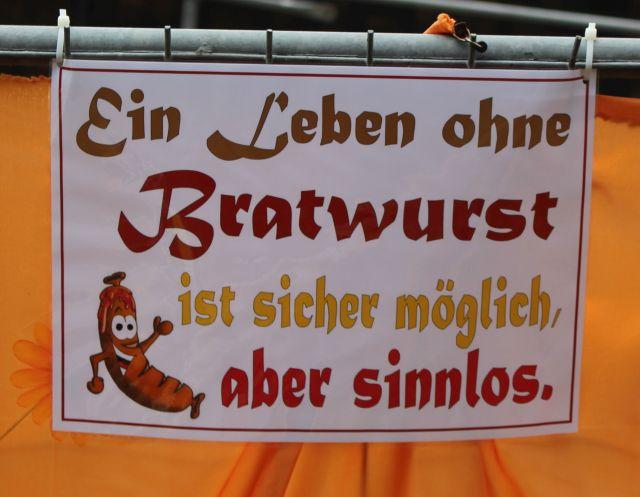 """""""Ein Leben ohne Bratwurst ist sicher möglich, aber sinnvoll"""", so ein Plakat am Ausgang der Barbarossa-Höhle."""