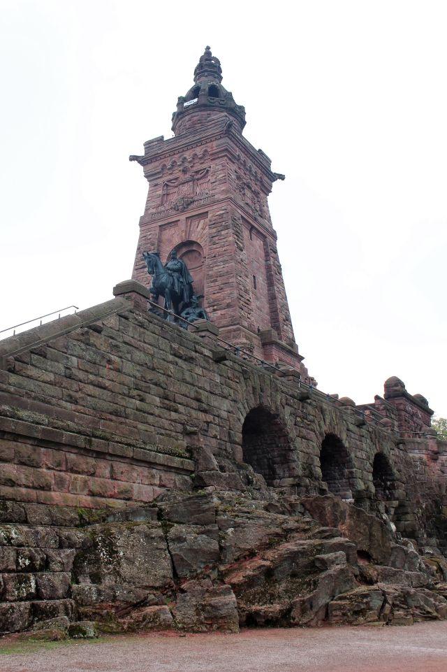 Blick auf das Kyffhäuser-Denkmal mit dem Reiterstandbild Wilhelm I. und den aus Quadern errichteten Turm mit der Krone.