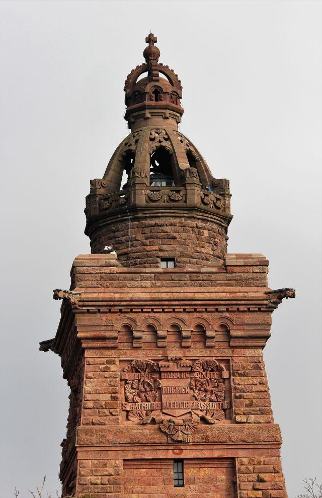 Steinerne Krone mit rötlichem Grundton auf dem Kyffhäuser-Denkmal.