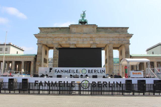 """""""Fanmeile Berlin"""" prangt auf einem Transparent: Der Zugang zum Brandenburger Tor ist versperrt."""
