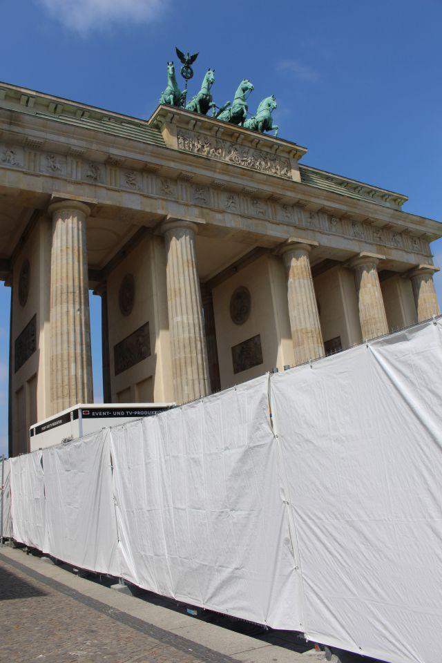 Weiße Sichtschutzfolie und Zäune versperren den Zugang zum Brandenburger Tor.