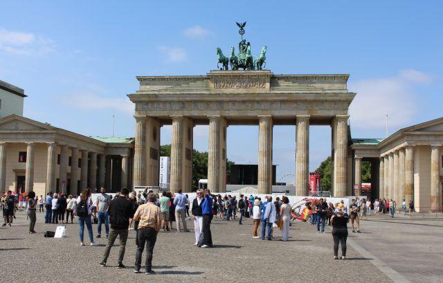 Das Brandenburger Tor ist im oberen Bereich sichtbar, aber ein Zaun mit Sichtschutzfolie versperrt den Zugang.