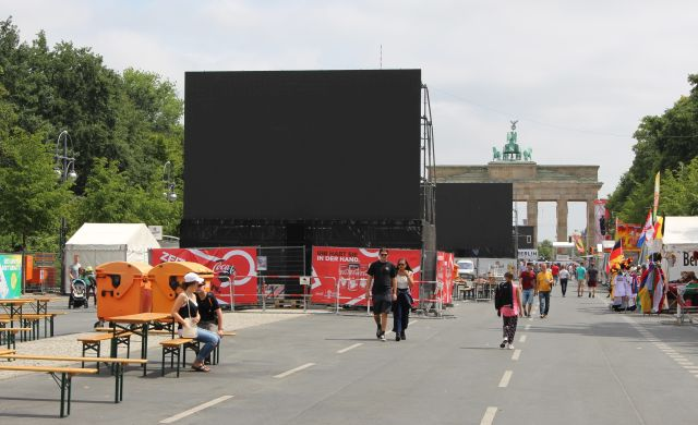 Großbildschirme versperren auch von der Straße des 17. Juni aus den Blick auf das Brandenburger Tor.