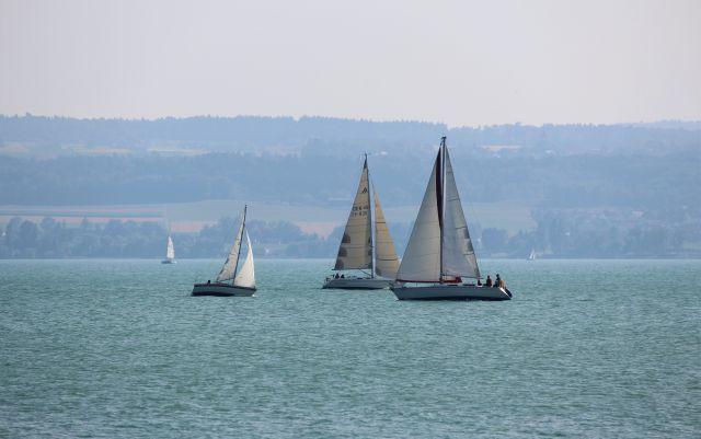 Drei Segelboote auf dem Bodensee.