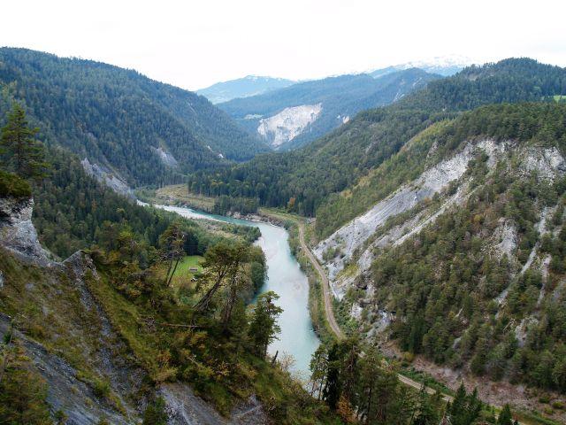 Der tiefeingeschnittene Alpenrhein in der Schweiz.