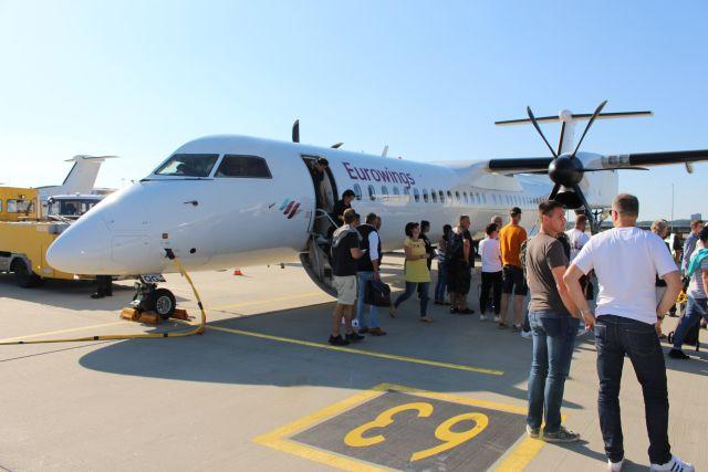 Passagiere beim Aussteigen aus der Propeller-Maschine am Flughafen Stuttagrt.