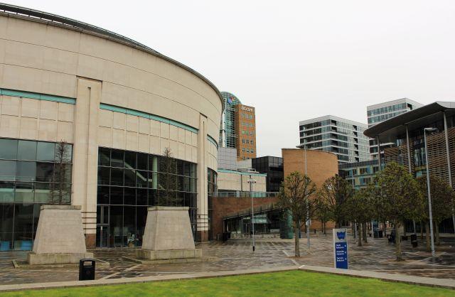 Bürogebäude und eine Veranstaltungsarene an der Waterfront in Belfast.