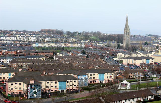 Die Bogside in Derry ist durch zahlreiche Reihen kleiner Häuser gekennzeichnet. Rechts im Bild eine Kirche.