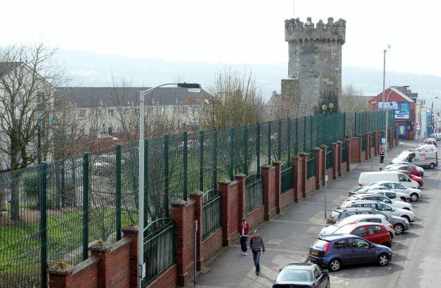Hohe Zäune in Derry und Belfast grenzen Stadtviertel mit Protestanten und Katholiken ab. Sie sind bis zu 12 Meter hoch.