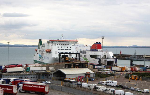 Im Hafen von Rosslare liegen Fähren von Irish Ferries und Stena LIne. Pkw und Lkw warten auf die Verladung.