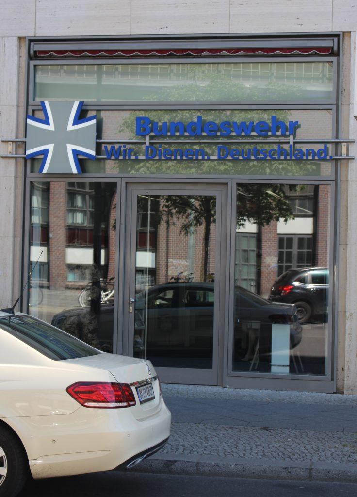 """Informationsbüro der Bundeswehr in Berlin mit der Aufschrift """"Wir Dienen Deutschland""""."""