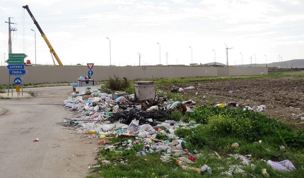 Wildes Sammelsurium von Müll an einer Straßenkreuzung.