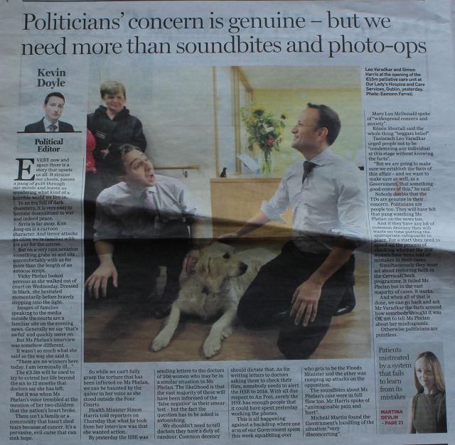 Ausriss aud dem Orish Independent mit Leo Varadkar und Simon Harris, die mit einem Labrador spielen.