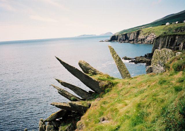 Felsnadeln ragen über das tieferliegende Meer hinaus.
