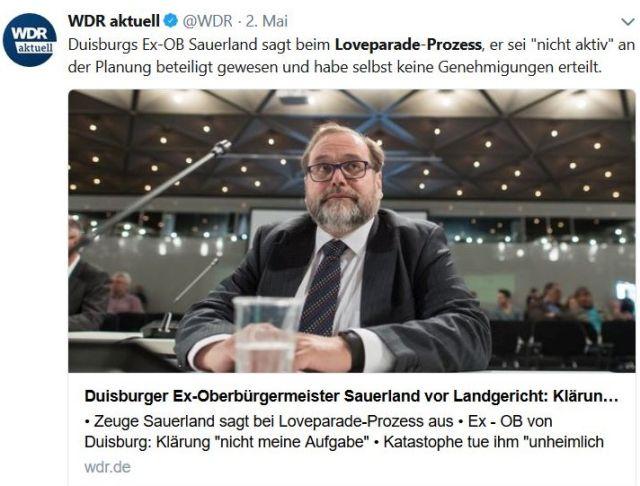 Der Duisburger Ex-Oberbürgermeister Sauerland an einem Tisch beim Gerichtsprozess.