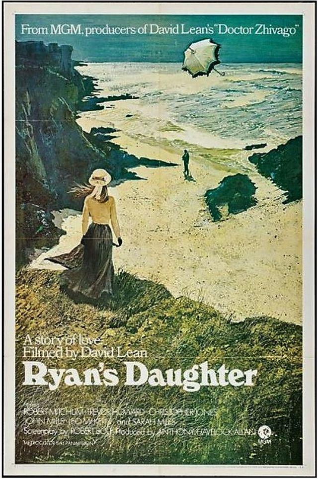 Das Filmplakat zeigt eine Frauengestalt in dunklem, langem Rock und heller Bluse mit Sommerhut, di auf den Strand hinunterschaut, auf dem eine Männergestalt zu erkennen ist.