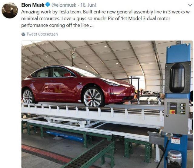 Fahrzeugfertigung bei Tesla in einem Zelt: Ein rotes Fahrzeug im Mittelpunkt.