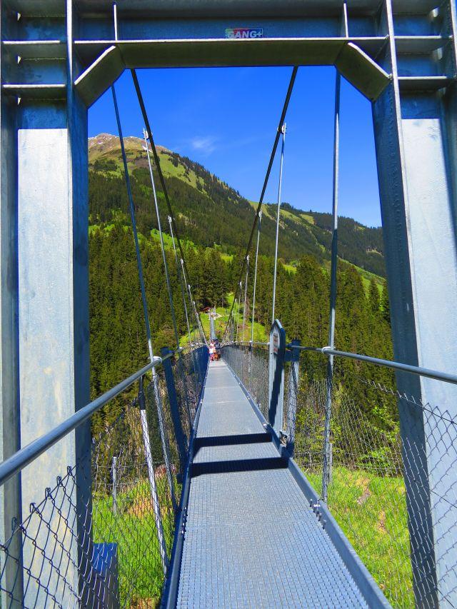 Eine stabile Metallkonstruktion erlaubt die Überquerung eines Tales in Tirol. Die Brücke iist nur einen Meter breit.