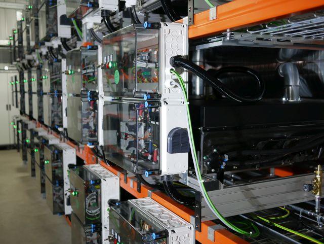 Batterieinschübe mit Verbindungskabeln.