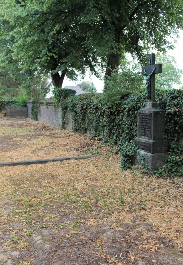 Eines der letzten Grabmale auf dem Immerather Friedhof. Im Umfeld nur noch lockerer Boden. Die Toten wurden umgebettet.