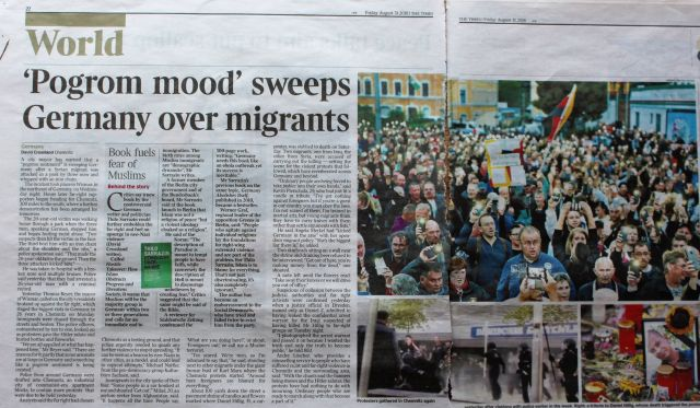 Artikel aus dem Irish Independent mit der Überschrift 'Pogrom mood' sweeps Germany over migrants.