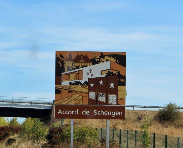 Schild an der Autobahn in Luxemburg mit dem Text 'Accord de Schnegen'