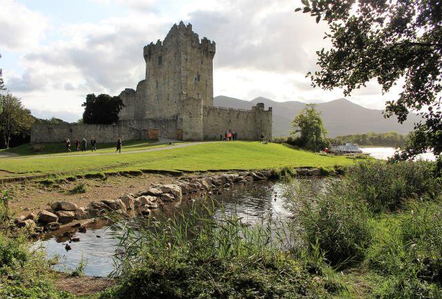 Ross Castle ähnelt einem aus Steinen gemauerten großen Wohnturm. In späeteren Jahen wurde noch eine Kaserne angebaut.