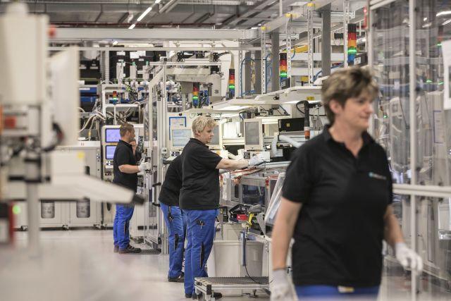 Mitarbeiterinnen in der Batteriefertigung in Kamenz.