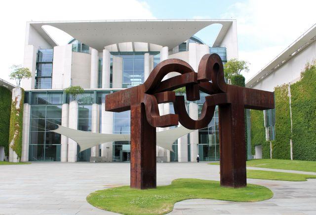 Das Bundeskanzleramt im Hintergrund und vorne eine rostbraune Skulptur von Eduardo Chillida.