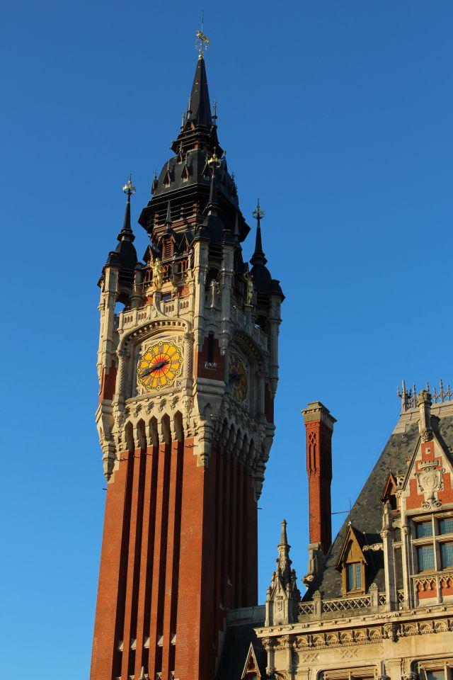 Im Bild der Turm des Rathauses von Calais mit einer großen Uhr.