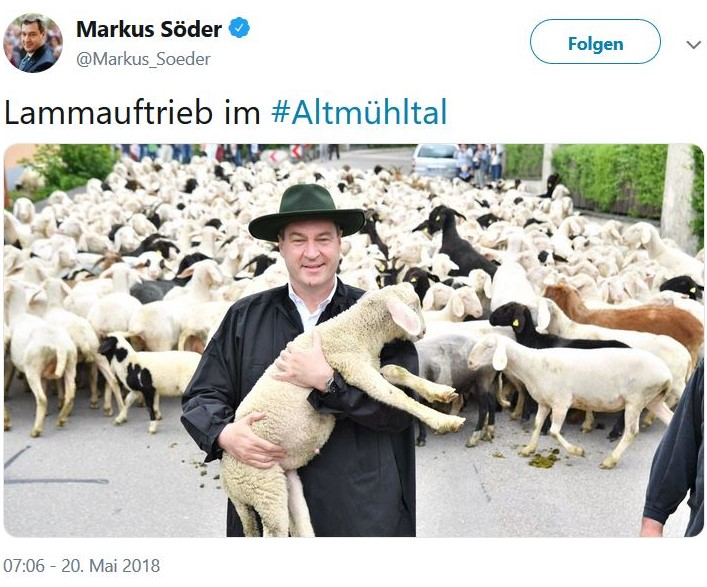 Markus Söder in Kluft eines Schäfers mit einem Lamm auf dem Arm.