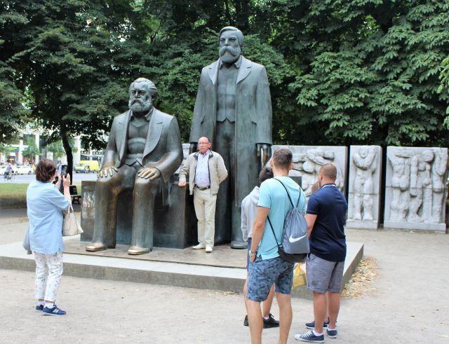 Marx sitzend und Engels stehend: Das Denkmal in Brlin mit einigen Besuchern.
