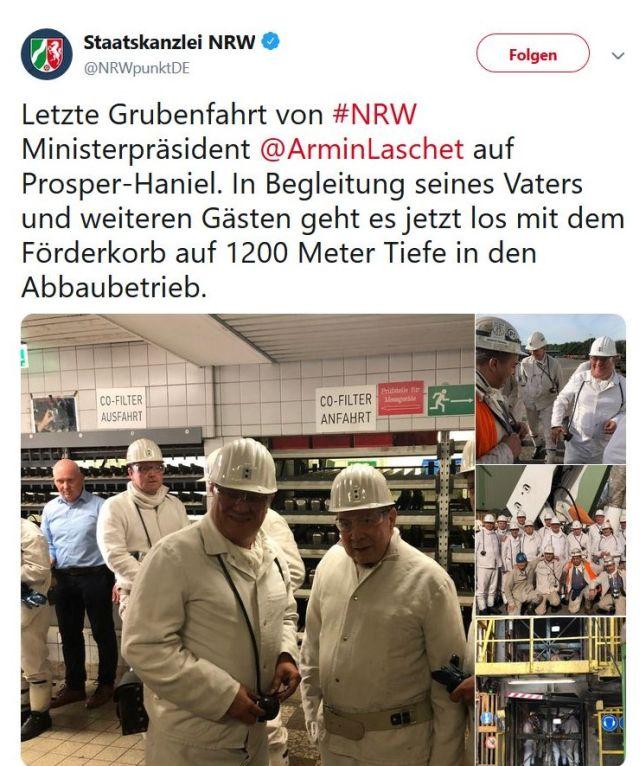 Armin Laschet und sein Vater in weißen Anzügen vor der Grubeneinfahrt.