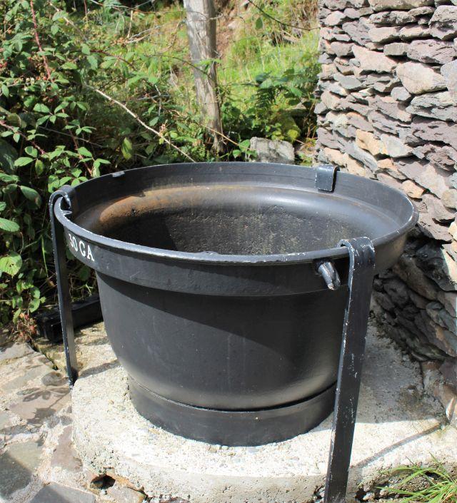 Dunkler großer Suppentopf aus Gusseisen inim irischen Dingle.
