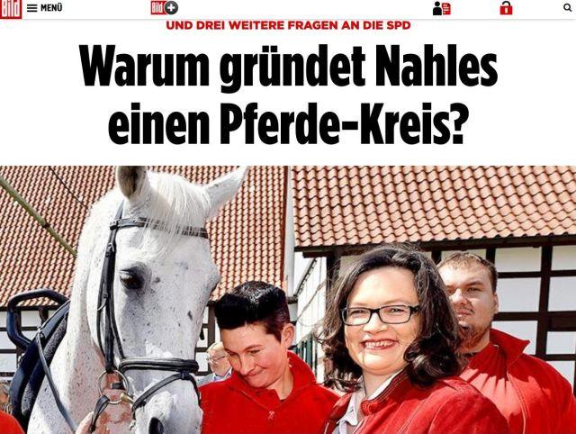 """""""Warun gründet Nahles einen Pferde-Kreis?"""", so der Titel aus der Bild-Zeitung. Andrea Nahles und zwei weitere Personen mit roter Jacke und ein weißes Pferd."""