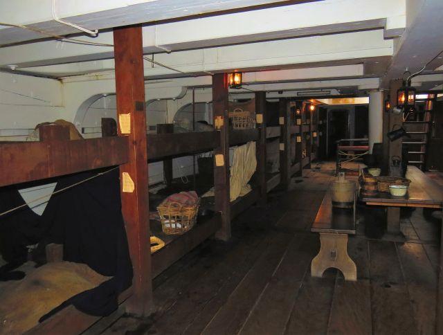 Dunkle Holzkojen im Bauch der Dunbrody. Jeweils eine ganze Familie oder eine Gruppe Reisender musste sich mit einer Koje begnügen.