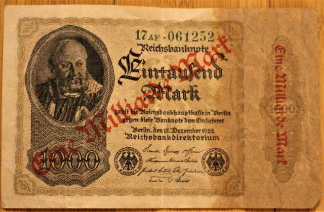 """Geldnote aus dem Jahr 1922 mit dem ursprünglichen Aufdruck '1000 Mark' - darüber in roter Schrift """"Eine Milliarde Mark'. Inflation"""