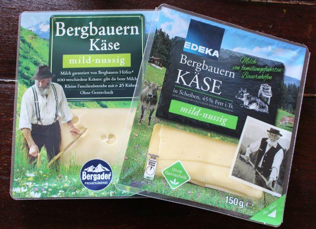 Zwei Packungen mit Käse von Bergbauern. Sie zeigen jeweils einen Berbbauern bei der Arbeit, z.B. mit der Sense.